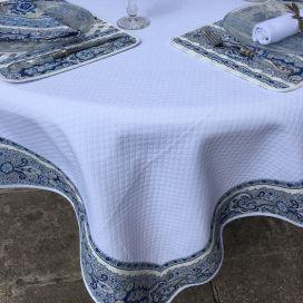 """Nappe carrée damassée blanche, bordure """"Bastide"""" bleue et blanche"""