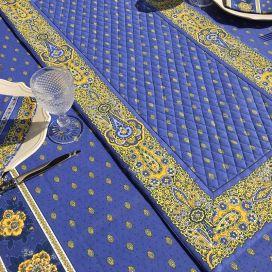 """Chemin de table en coton matelassé """"Bastide"""" bleu et jaune, Marat d'Avignon"""