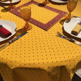 """Nappe provençale ronde en coton enduit """"Calissons"""" jaune et rouge """"Marat d'Avignon"""""""