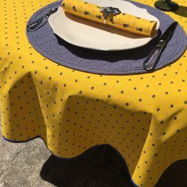 """Nappe provençale ronde en coton enduit """"Calissons"""" jaune et bleu """"Marat d'Avignon"""""""