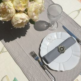 """Table runner, Boutis fashion """"Calliope"""" pale grey Sud-Etoffe"""