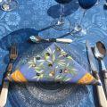 "Nappe damassée Delft bleu, bordée ""Clos des Oliviers"" bleu"