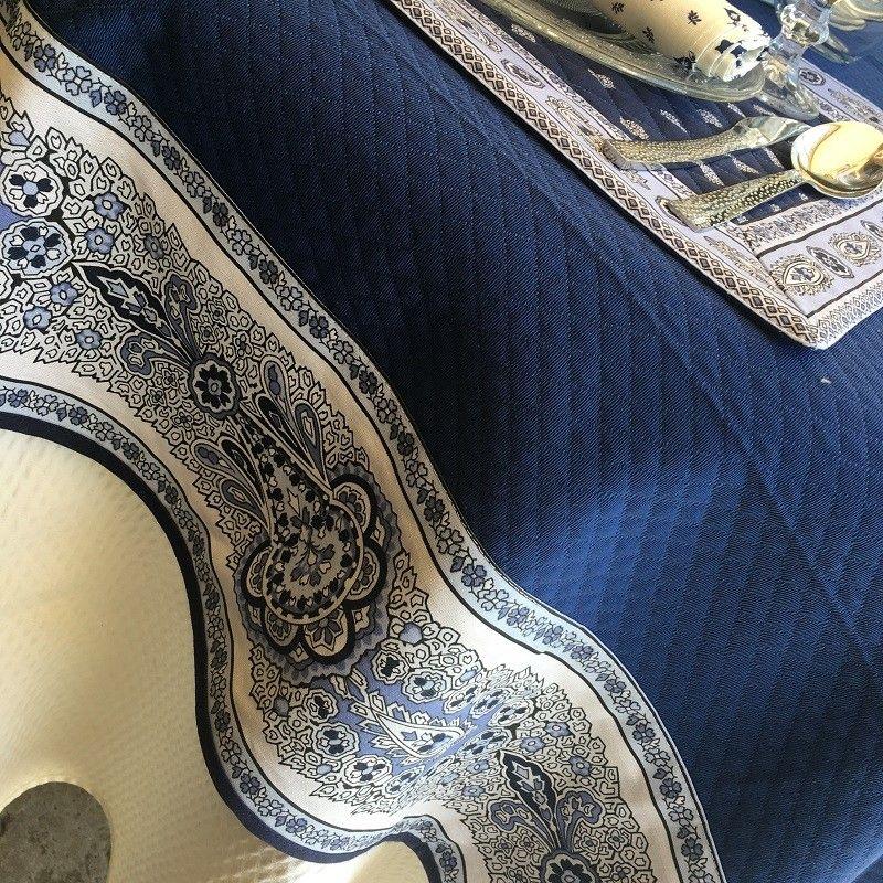"""Nappe damassée Bleu France, bordure """"Bastide"""" bleue et blanche"""