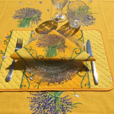 """Set de Table en coton matelassé """"Bouquet de Lavandes"""" fond jaune"""