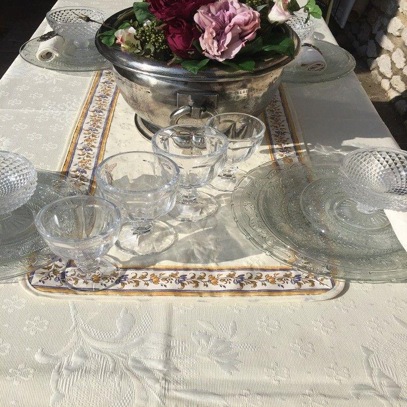 """Chemin ou carré de table damassé Delft écru, bordure """"Moustiers"""" bleu"""