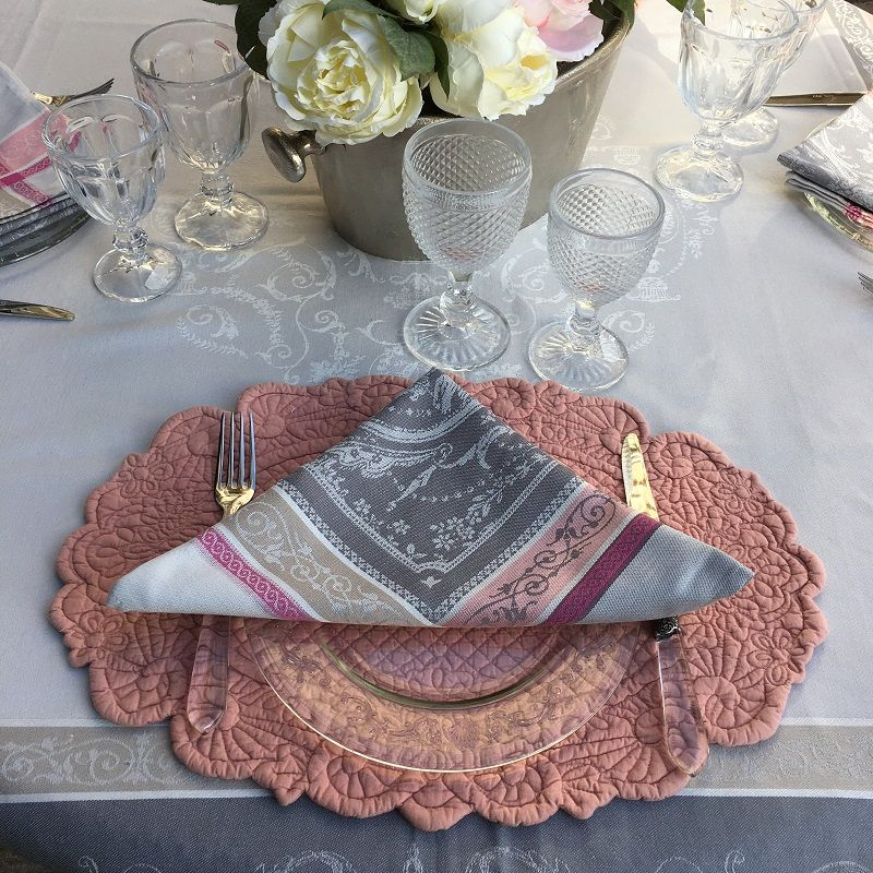 """Serviette de table Jacquard """"Versailles"""" gris et rose, Tissus Toselli"""
