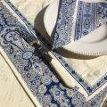 """Chemin ou carré de table damassé Delft écru, bordure """"Bastide"""" bleu et blanc"""
