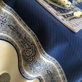 """Nappe carrée damassée bleue, bordure """"Bastide"""" bleue et blanche"""