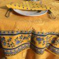 """Nappe carrée damassée jaune or, bordure """"Bastide"""" jaune et bleue"""