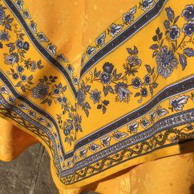 """Nappe carrée damassée jaune or, bordure """"Avignon"""" jaune et bleue"""