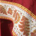 """Nappe carrée damassée Delft rouge, bordée """"Mirabeau"""" orange"""