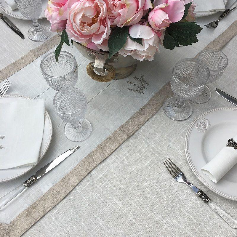 """Chemin de table lin et polyester """"lavandes brodées"""" blanc bordure lin"""