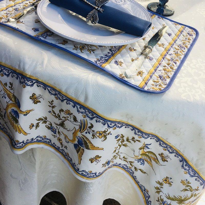 """Nappe carrée damassée Delft écrue, bordée """"Moustiers"""" bleu"""