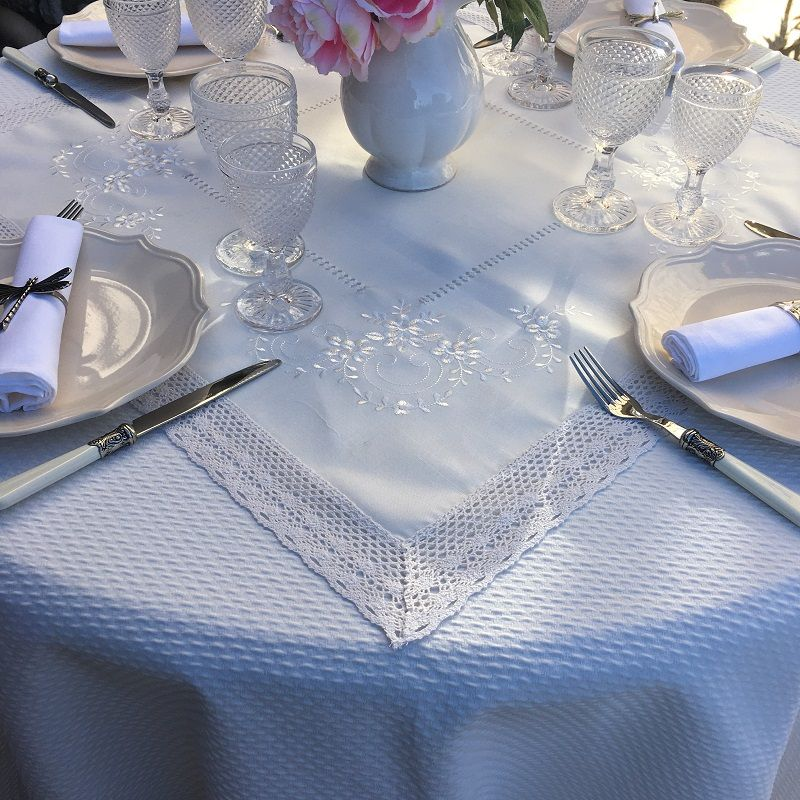 """Square polyester tablemat """"Embrodery flowers"""" white and  dentelle bordure"""