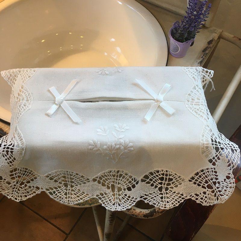 Housse pour boîte de mouchoirs fleurs brodées et dentelle blanc