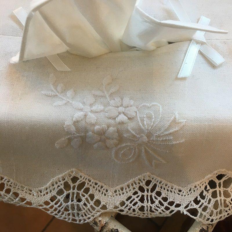 """Housse pour boîte de mouchoirs """"Bouquet de fleurs"""" brodées et dentelle blanc"""