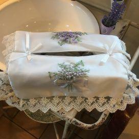 """Housse pour boîte de mouchoirs """"Bouquet de lavande"""" brodées et dentelle blanc"""