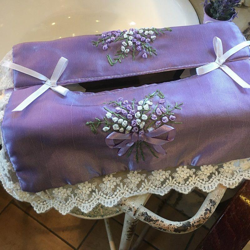 """Housse pour boîte de mouchoirs """"Bouquet de lavande"""" brodées couleur lavande et dentelle blanc"""