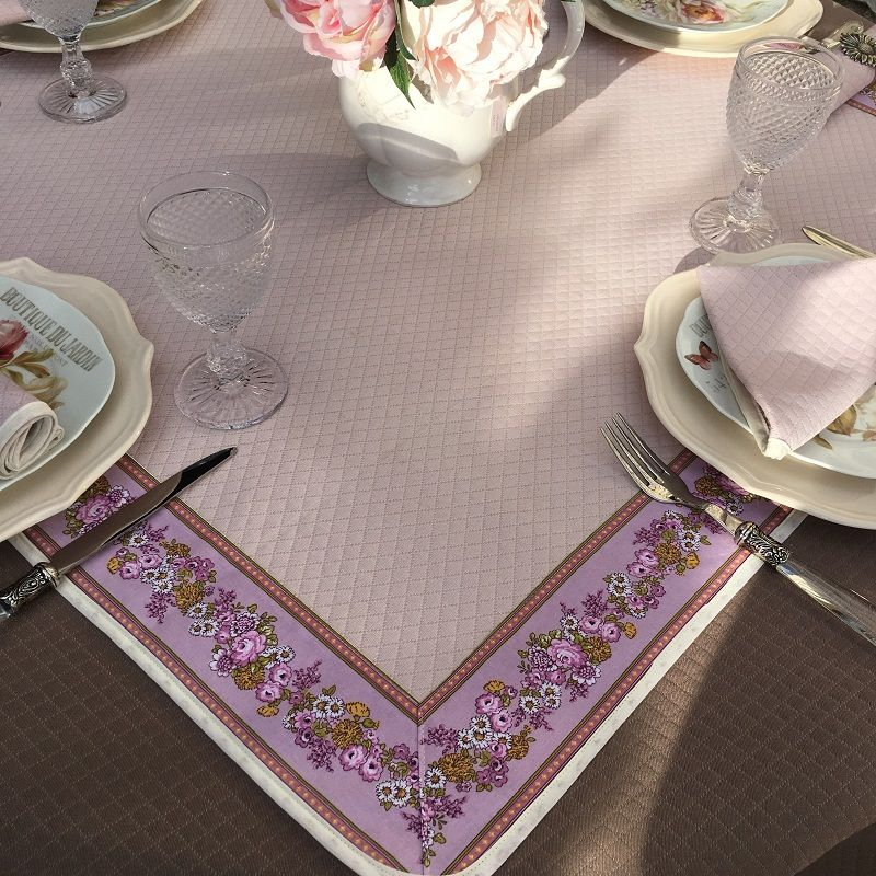 "Carré de table damassé rose poudré, bordure ""Faïence"" rose"
